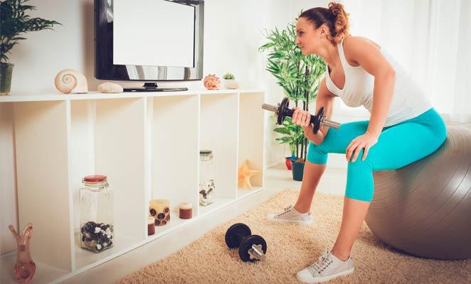 Realiza actividad física desde el sofá
