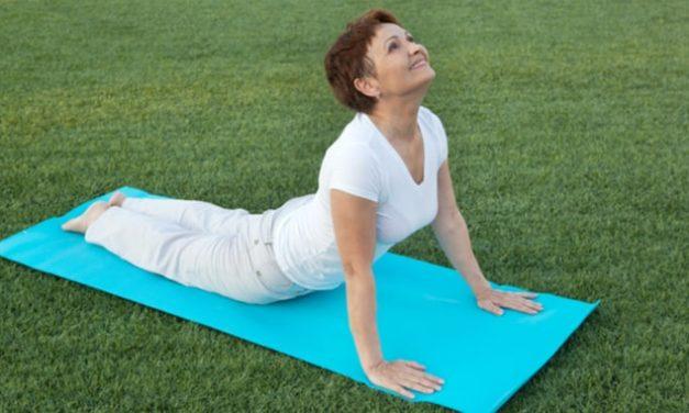 Osteoporosis: Algunas posturas de yoga pueden causar lesiones óseas