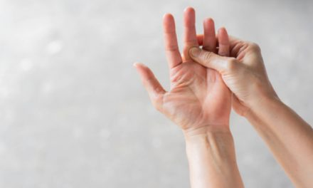 ¿Por qué puede estar sintiendo hormigueo en las manos?